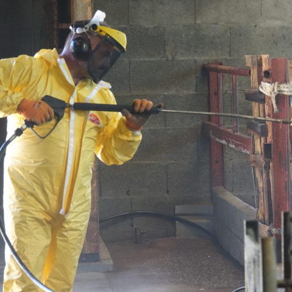 Technicien bioneo effectue une thermonébulisation, nettoyage de bâtiment