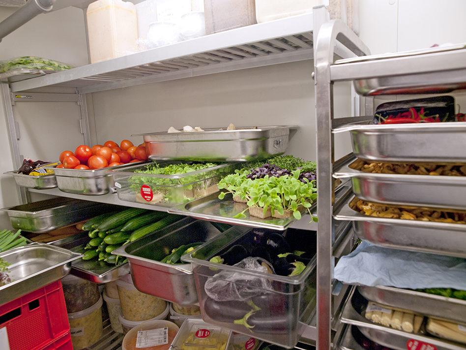 Espace de stockage de denrées alimentaires dans une cantine
