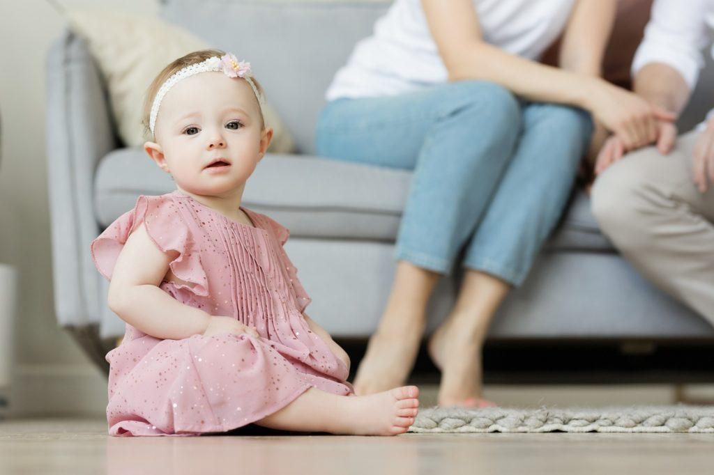 Enfant assis par terre dans son salon